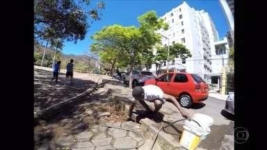 Lavadores de carro são flagrados usando água de modo clandestino em BH - Prefeitura disponibiliza hidrômetro para profissionais cadastrados.