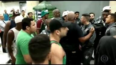 Torcedores do Fluminense protestam contra tricolor em desembarque no Rio - Fluminense é derrotado pelo Grêmio e trinta torcedores foram no desembarque do tricolor para protestar. Fluminense está a um ponto do Z-4.