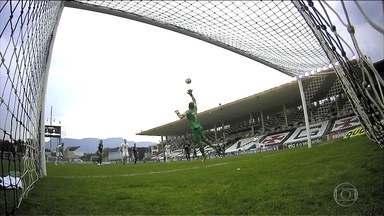 """Reinaldo faz gol """"sem querer"""" e empata com o Vasco em São Januário - Vasco e Chapecoense terminaram empatados em 1 a 1."""