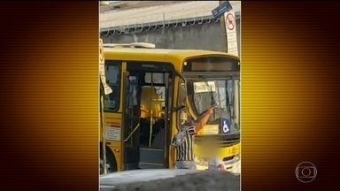 PM agride motorista de ônibus e atira para o alto em briga de trânsito - O motorista foi obrigado a ficar de joelhos no meio da rua por causa de um acidente de trânsito, em São Paulo, e ainda foi agredido a coronhadas.