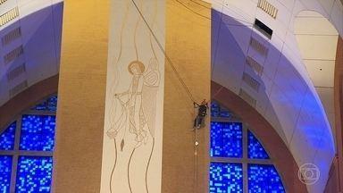 Funcionários fazem rapel para limpar paredes da Basílica de Aparecida - Trabalhadores dizem que contam com a proteção de Nossa Senhora. Painel principal do Santuário tem 37 metros, o equivalente a um prédio de 12 andares.