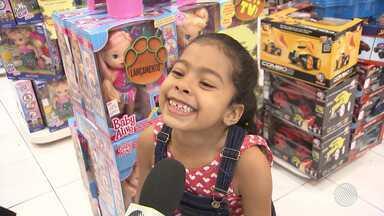 Shoppings têm movimento intenso no fim de semana que antecede o Dia das Crianças - Com o orçamento apertado, alguns pais fazem pesquisa para encontrar presentes com preços que cabem no bolso; veja.