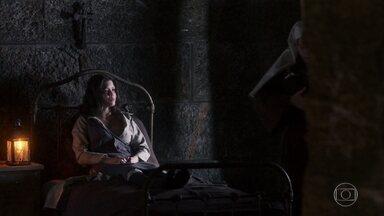 Maria Vitória segura Mariana nos braços - Ela não consegue imaginar o que impediu Inácio de voltar a Portugal