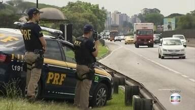 Polícia Rodoviária Federal aumenta o patrulhamento nas rodovias de todo o país - Quinta-feira (12) é feriado, quem pode vai aproveitar para emendar com a sexta-feira e pegar a estrada.