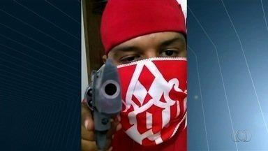 Torcedor do Vila é preso após ameaças com arma à torcida do Goiás; vídeo - Nas imagens, ele mostra uma pistola e diz que os rivais vão 'cair na bala'. Ele foi detido na véspera do clássico entre os times pela Série B.