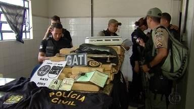 Casal é preso com 130 quilos de maconha em Paulista, no Grande Recife - Com a dupla, a polícia ainda apreendeu maçarico, carro roubado e camisas da Polícia Civil.