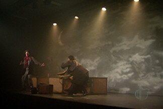"""Espetáculo teatral """"N"""", em Mogi, retrata drama do refugiados - Peça segue em cartaz no Sesi de Mogi das Cruzes até este sábado (14)."""