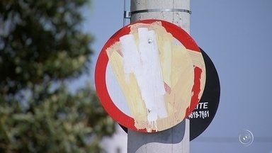 Moradores pintam placas de trânsito e confundem motoristas em Sorocaba - Moradores do bairro Aparecidinha, em Sorocaba (SP), pintaram indevidamente placas de sinalização de trânsito em um cruzamento. Tem motorista cometendo infração por causa da depredação.