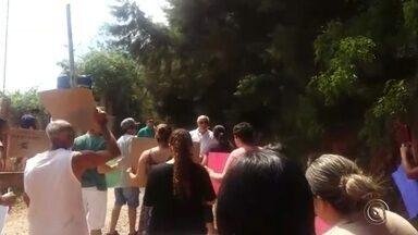 Pais discutem com prefeito de Piedade contra fechamento de escola - Pais de alunos de uma escola de Piedade (SP) fizeram um protesto na sexta-feira (13) contra o prefeito.