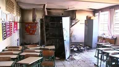 Incêndio em sala de aula em escola municipal de Bauru mobiliza bombeiros - Vândalos invadiram uma escola municipal localizada no bairro Santa Cândida em Bauru e atearam fogo em uma das salas de aula. Os bombeiros controlaram o incêndio rapidamente e o fogo não se alastrou pelo prédio.
