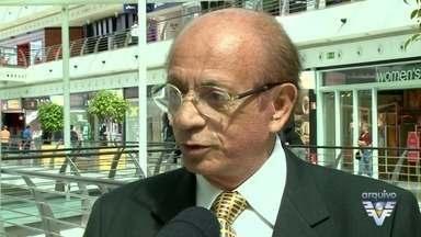 Velório do corpo do empresário Armênio Mendes é aberto ao público, em Santos - Empresário português morreu aos 73 anos, vítima de câncer. Enterro está previsto para às 21h.