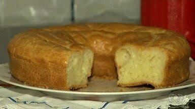 Confeiteira mostra como preparar bolo de pão de queijo minas - Preparo dura cerca de 40 minutos e receita é feita com ingredientes simples e baratos.