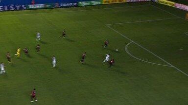 Aos 8, Leandro Carvalho chuta mal e perde chance - Leandro Carvalho escapa bem pelo miolo da defesa do Rubrão, invade a área, mas chuta mal e perde excelente chance