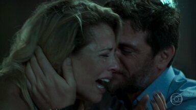 """""""Ele morreu porque era um policial"""" - Jeiza se desespera - Após assalto, Jeiza chora pela morte de Gerson"""