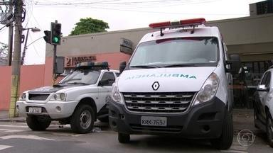 Polícia tenta identificar bandidos que sequestraram ambulância para socorrer traficante - A ambulância foi roubada dentro da UPA da Maré, o médico que estava dentro foi obrigado a atender um traficante baleado. O socorrista prestou depoimento na delegacia e relatou que pode ter sido levado para uma clínica clandestina.