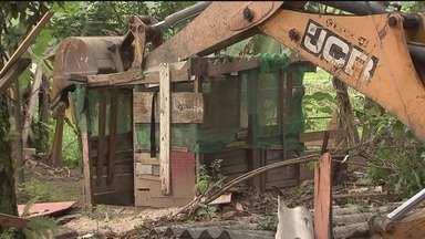Reintegração de posse destrói moradias e comércios em Cubatão - Construções eram irregulares e estavam em uma área pertencente à concessionária Ecovias.