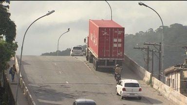 Viaduto Mário Covas, em São Vicente, passa por obras - Estrutura foi interditada por risco de desabamento.