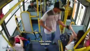 Bandidos fazem arrastão em ônibus em Curitiba - Toda a ação foi gravada por câmeras de segurança