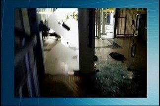 Criminosos explodem agências bancárias e trocam tiros com policiais em Bambuí - Moradores estão assustados com a ação dos criminosos nesta terça-feira (17). Sede da Polícia Militar (PM) também foi alvejada.
