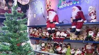 Ainda é outubro, mas o clima de Natal já chegou aos supermercados da região - Lojas de decoração já ostentam enfeites natalinos à espera dos clientes.