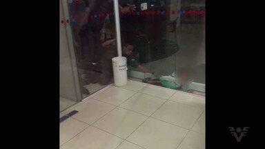 Criança é resgatada após ficar entalada entre paredes de vidro - Criança é resgatada após ficar entalada entre paredes de vidro