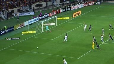No rebote do chute de Robson, Alemão cabeceia para o gol. A bola passa perto - No rebote do chute de Robson, Alemão cabeceia para o gol. A bola passa perto.