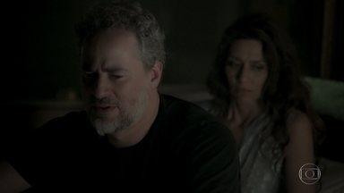 Eugênio recebe a notícia de que Irene morreu - Advogado comenta com Joyce que Eurico, Silvana, Garcia, Elvira e Dantas estavam presentes no momento em que a vilã caiu no poço do elevador e decide ir até a delegacia
