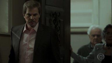 Dantas, Elvira e Garcia entram com a polícia no apartamento secreto de Irene - Caio descobre que a vilã está morta
