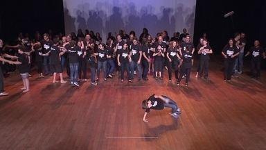 Sala Funarte apresenta espetáculo com autistas - A Sala Funarte teve um exemplo de superação. Foi na apresentação do projeto Uma Sinfonia Diferente, com 21 autistas, suas famílias e voluntários. O musical está no terceiro ano e ainda emociona.