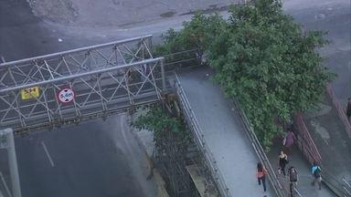 Passarelas na Avenida Brasil são limpas após denúncia do Bom Dia Rio - Reportagem desta quinta-feira (19) mostrou o lixo acumulado nas passarelas. Uso indevido da passagem por motociclistas ainda persiste.
