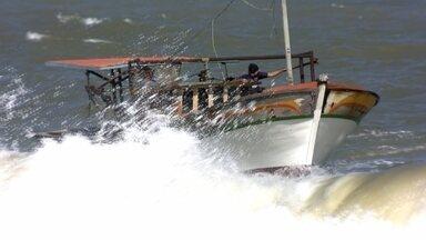 Pesca de trator - Em Macaé, no litoral norte do Rio de Janeiro, os barcos chegam no mar puxados por trator. É a pesca do camarão.