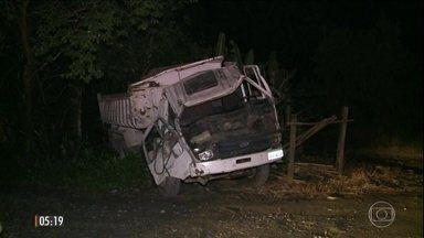 Caminhão causa a morte de três pessoas em ponto de ônibus no litoral de São Paulo - O veículo estava carregado com pedras no momento do acidente na cidade de Iguape.