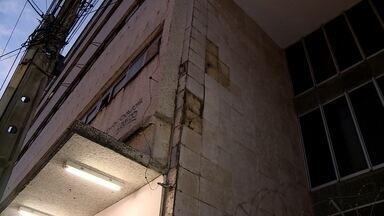 Parte de fachada de loja cai e deixa dois feridos no Centro do Recife - Acidente ocorreu na Avenida Conde da Boa Vista