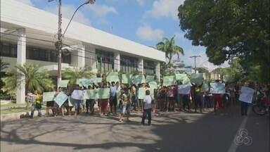 Moradores protestam contra reintegração de posse em terreno na Zona Sul de Macapá - Terreno no bairro Pedrinhas foi invadido há sete anos por cerca de 400 famílias. Manifestantes se reuniram em frente à sede do governo nesta terça-feira (24).