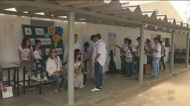 Alunos de escola pública fazem protesto pela paz em Campina Grande - Os alunos protestaram através da arte e da música pedindo paz para a comunidade onde moram.