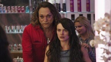 Sophia leva Clara ao salão de Nicácio - Cabeleireiro provoca a mãe de Gael ao fazer perguntas sobre Estela