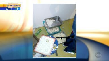 Quatro pessoas são presas em apartamento com drogas, fuzil e pistolas em Porto Alegre - No local, foram encontrados mais de 40kg de cocaína, que seria distribuída até a meia-noite desta terça-feira (24). Pai, mãe, um filho e uma filha foram presos após serem flagrados embalando a droga.