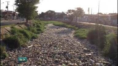 Canal do Arruda amanhece coberto por lixo, na Zona Norte do Recife - Segundo a Emlurb, em 2017, já foram retiradas 260 toneladas de lixo do canal
