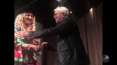 Madonna se ajoelha para Cateano Veloso em festa de casamento no Rio de Janeiro - Veja como foi o momento.