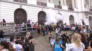 Audiência sobre orçamento da saúde é marcada por confusão - Manifestantes tentaram invadir a Câmara. Seguranças reagiram.