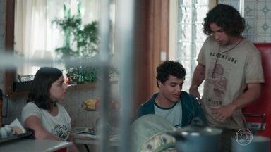 Deco e Tato discutem por causa da alimentação de Tonico - Keyla aparta os dois e decide cuidar ela mesma do filho