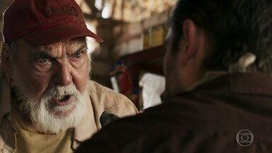 Josafá pergunta se Renato está interessado nas esmeraldas - Médico procura o avô de Clara