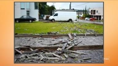 Chuva e vendaval provocam estragos em cidades do Oeste de SC - Chuva e vendaval provocam estragos em cidades do Oeste de SC