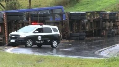 Caminhão com lenha tomba, bate em ônibus e deixa feridos na rodovia Castello Branco - undefined