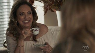 Nádia faz intriga de Clara para Lorena - Ela conta que Clara foi agredida por Gael e insinua que jovem deve ter dado algum motivo para levar a surra