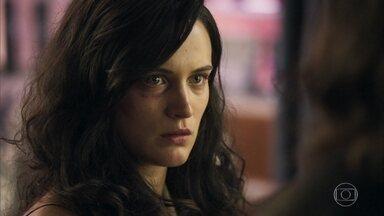 Clara revela a Nicácio que foi agredida - Cabeleireiro percebe que hematomas não foram causados por queda na escada a esposa de Gael acaba desabafando. Nádia descobre que Clara foi agredida