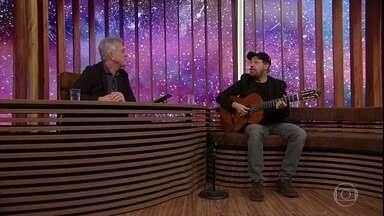 """João Bosco relembra o dia em que bateu na porta de Vinicius de Moraes - Ele canta música que fez em parceria com o poeta, """"Samba do Pouso"""""""