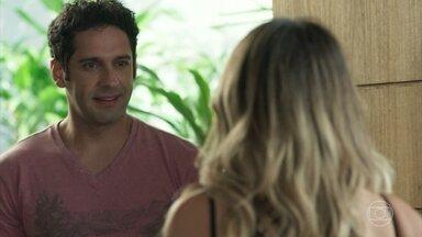 Antônia não se conforma e diz que vai procurar uma pessoa - Sandra Helena tenta resistir, mas afirma que o relacionamento deles não tem mais volta