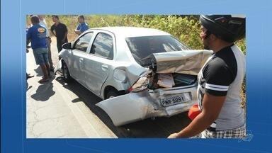Veículos se envolvem em acidente na CE-293 - Engavetamento envolveu quatro veículos na saída de Barbalha, sentido de Missão Velha