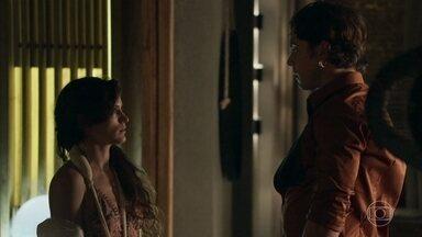 Gael convida Clara para jantar - No restaurante, Suzy comenta com Samuel que filho de Sophia agrediu a esposa. Gael conta para Clara que pediu para o dono do restaurante demitir o garçom que a conhece do quilombo